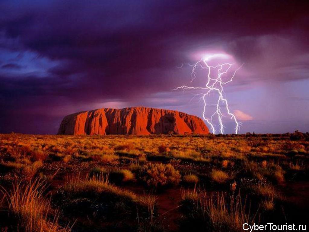 Улуру в Австралии вечером
